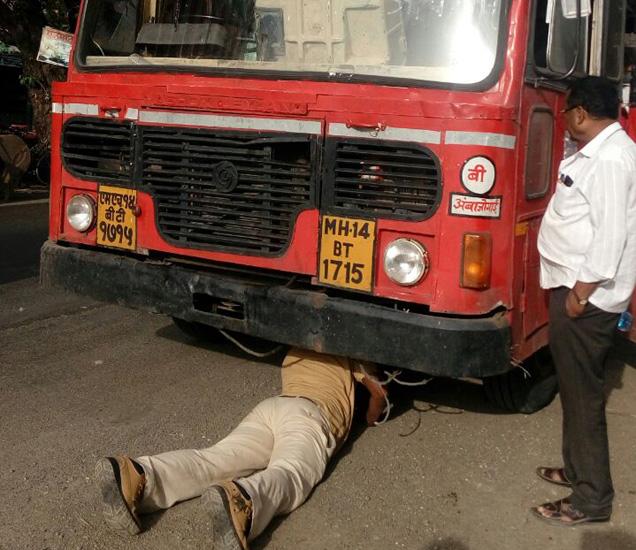 गळती थांबवण्याचे प्रयत्न करताना चालक... - Divya Marathi