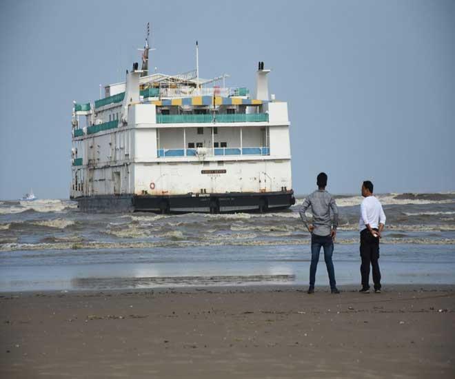 \'एम. व्ही. लकी सेव्हन\' हे कॅसिनो जहाज. - Divya Marathi