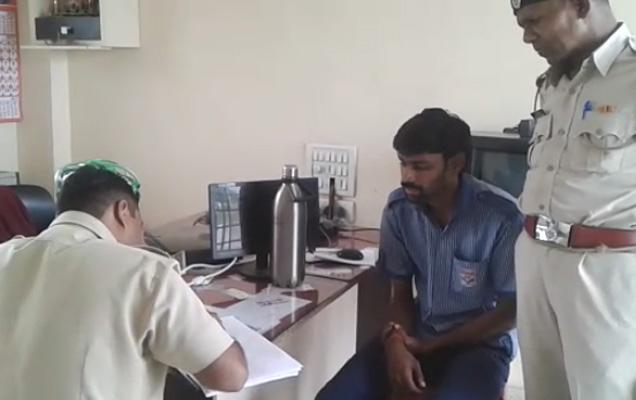 जखमी झालेला पेट्रोल पंपावरील कर्मचारी... - Divya Marathi