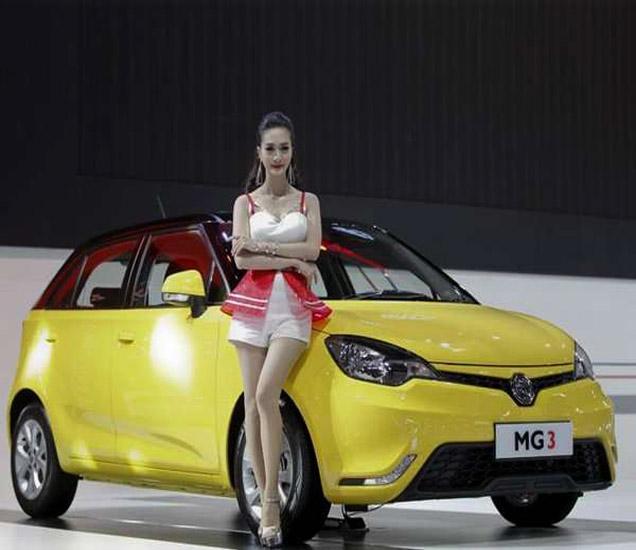 MG3 या कार मॉडेलसह ललना. - Divya Marathi