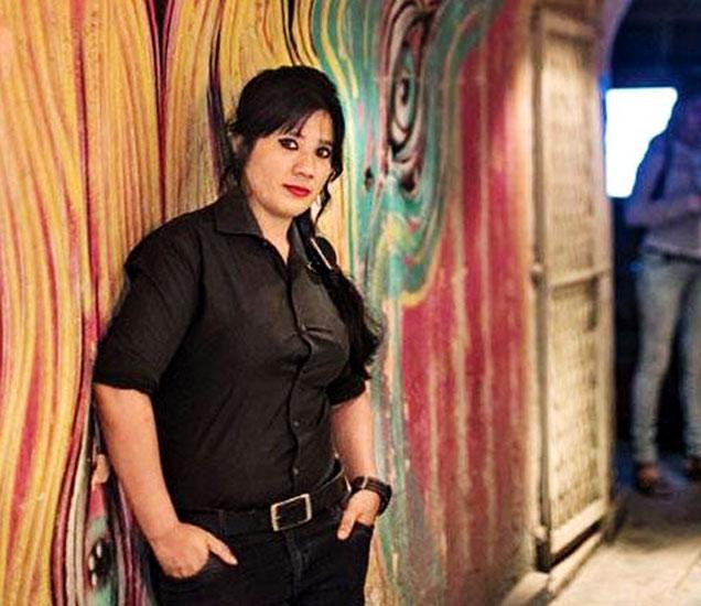 सोशल नावाच्या या रेस्तराँचे मालक रियाज अमलानी म्हणतात की, महिलांच्या सुरक्षेला लक्षात घेऊनच आम्ही मेहरुन्निसाला बाउन्सरच्या रूपात जागा दिली. - Divya Marathi