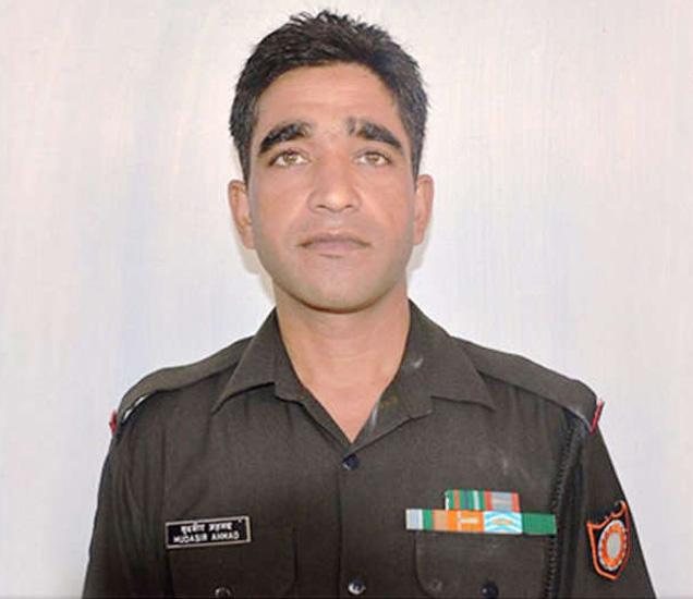 पाकच्या गोळीबारात नायक मुदस्सर अहमद शहीद झाले. - Divya Marathi
