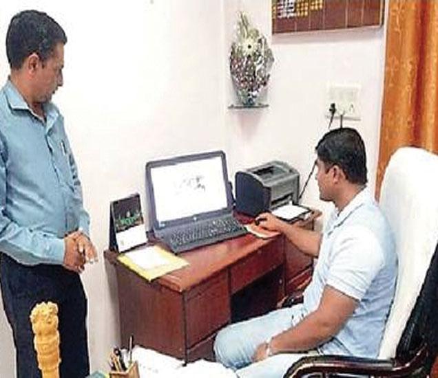 अॉनलाइन माहिती घेताना सीनिअर डीपीओ डॉ.तुषाबा शिंदे. - Divya Marathi