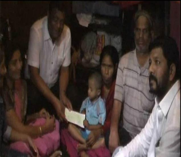 अंध दांपत्यास मदत करणारे पिंपळे गुरव येथील मयुरीनगरी वसाहतीमधील नागरिक. - Divya Marathi