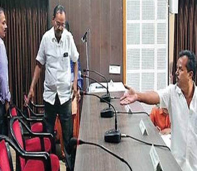 सर्वसाधारण सभा सुरू करण्यासाठी भाजपचे ज्येष्ठ सदस्य शिवाजीराव पाथ्रीकर यांनी अध्यक्षांच्या खुर्चीचा ताबा घेतला. (छाया : अरुण तळेकर) - Divya Marathi