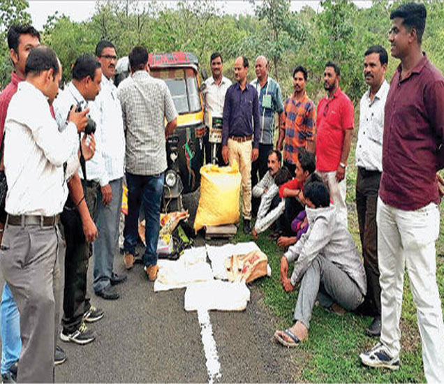आरोपींकडून गांजा पकडल्यानंतर कारवाई करताना पोलिस पथक. - Divya Marathi