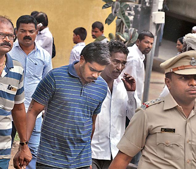 आरोपींना सोमवारी सकाळी न्यायालयात हजर करण्यात आले. (छाया : मनोज पराती) - Divya Marathi