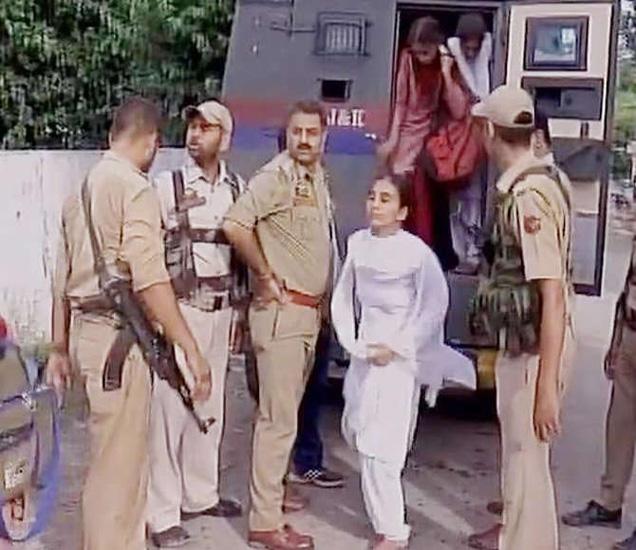 पाकच्या फायरिंगमध्ये शेकडो शालेय विद्यार्थी अडकले होते. - Divya Marathi