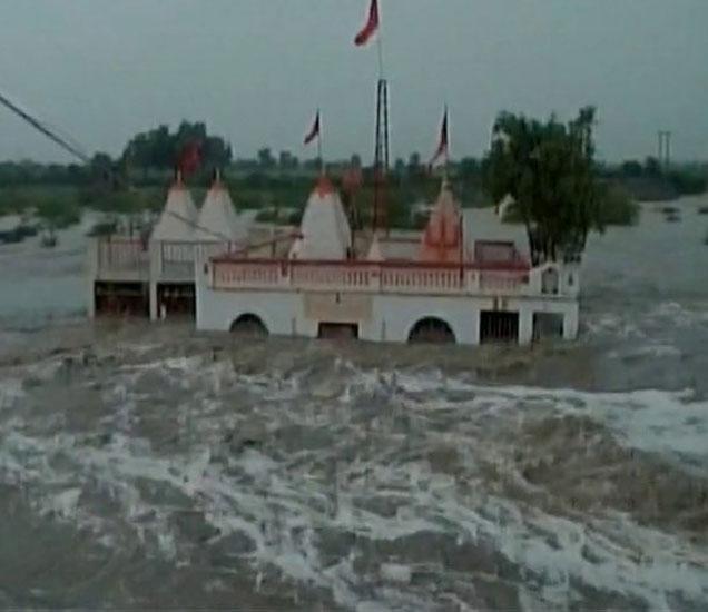गुजरातमध्ये पूर आणि मुसळधार पावसात 11 जणांच्या मृत्यूची नोंद आहे. - Divya Marathi