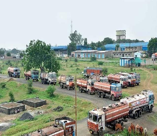 अकोला एमआयडीसीमध्ये ट्रान्सपोर्टनगर असताना रस्त्यावर अशी वाहने उभी केली जातात. - Divya Marathi