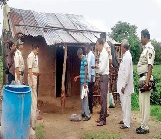 घटनास्थळाची पाहणी करताना पोलिस कर्मचारी. - Divya Marathi