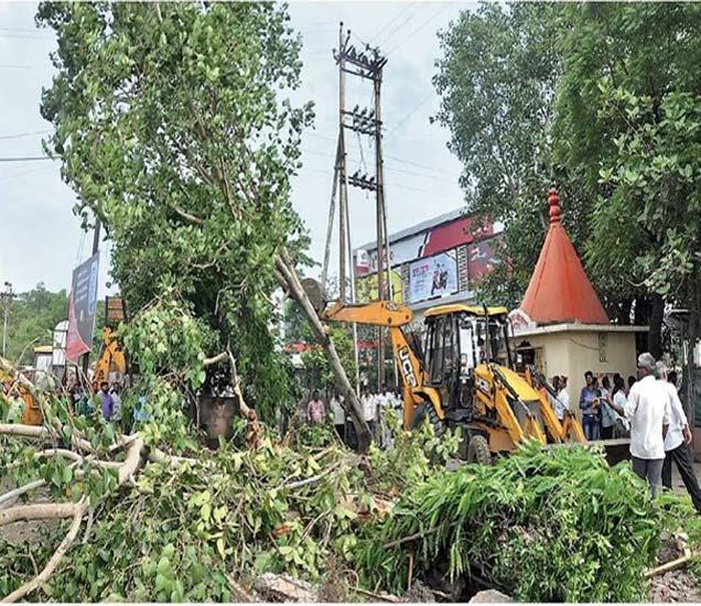 अजिंठा चौफुलीवरील अतिक्रमण काढताना रस्त्यात येणारी झाडे जेसीबीच्या साह्याने जमीनदोस्त करण्यात आली. त्याचबरोबर कोपऱ्यावर असलेल्या मंदिराची संरक्षक भिंत तोडण्यात आली. रात्री मंदिरही काढण्यात आले. - Divya Marathi