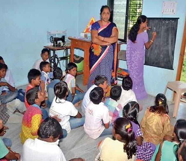 बालकामगारांची सुरू असलेली शाळा. - Divya Marathi