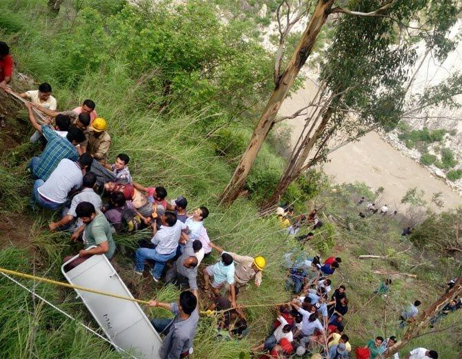 बसमध्ये 43 प्रवासी होते. 28 जण वाहून गेले आहेत. - Divya Marathi