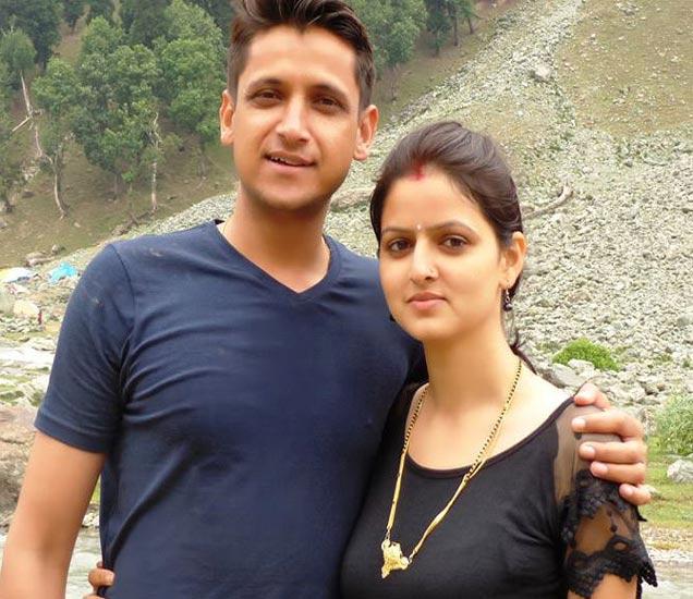जिल्हाधिकारी मंगेश घिल्डियाल आणि त्यांची पत्नी ऊषा. - Divya Marathi