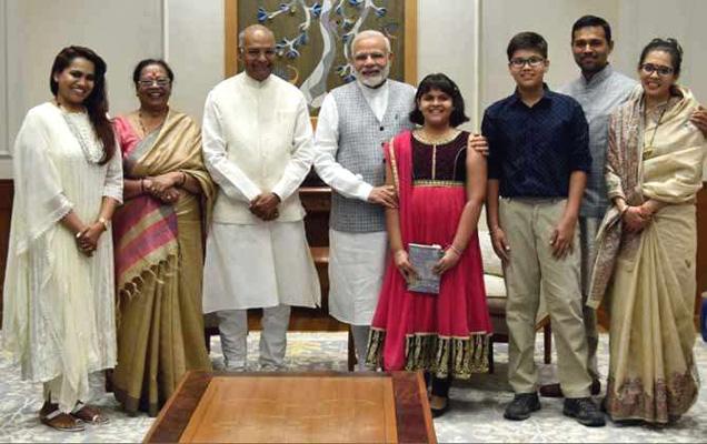 पीएम मोदी यांनी कोविंद यांच्या कुटुंबियांसोबतचा हा फोटो सोशल मीडियावर शेअर केला. - Divya Marathi