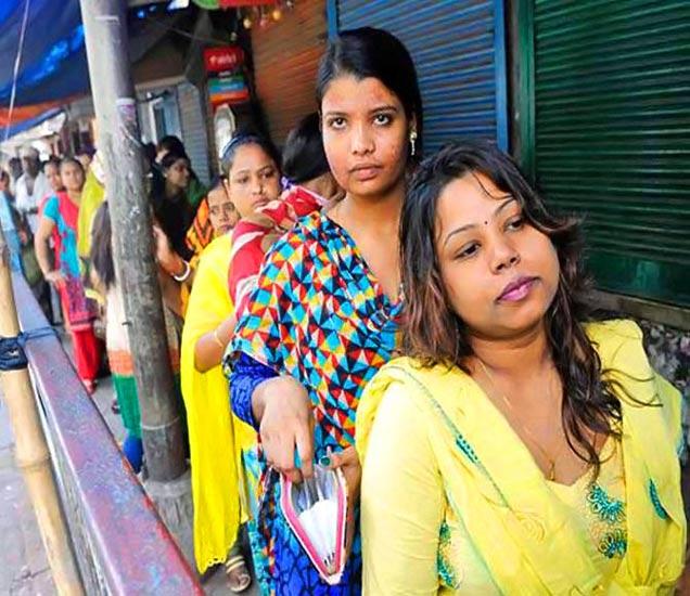कमाई करण्यासाठी रात्री घराबाहेर पडतात या महिला. - Divya Marathi