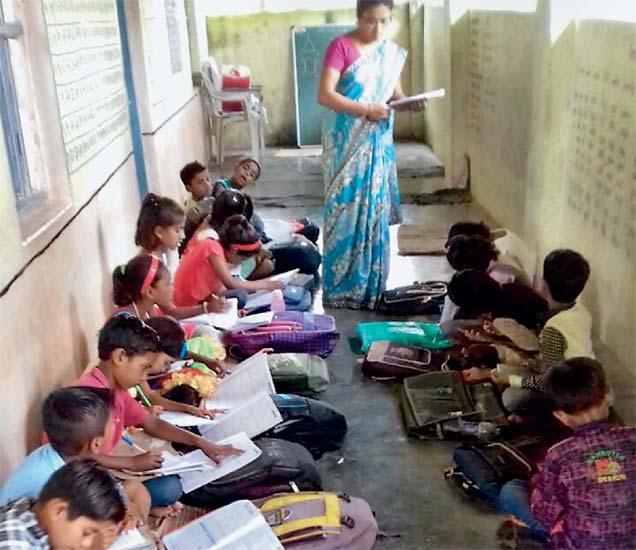 वर्गखोलीला गळती लागल्याने विद्यार्थ्यांचा वर्ग व्हरांड्यात. - Divya Marathi