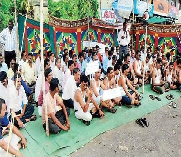 अर्धनग्न आंदोलन करताना एसटीचे कर्मचारी. - Divya Marathi