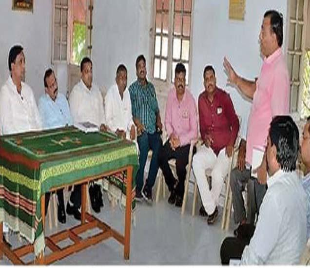 आरोग्य कर्मचाऱ्यांना सूचना देताना नगराध्यक्ष रमण भोळे, सोबत उपनगराध्य युवराज लोणारी अन्य. - Divya Marathi