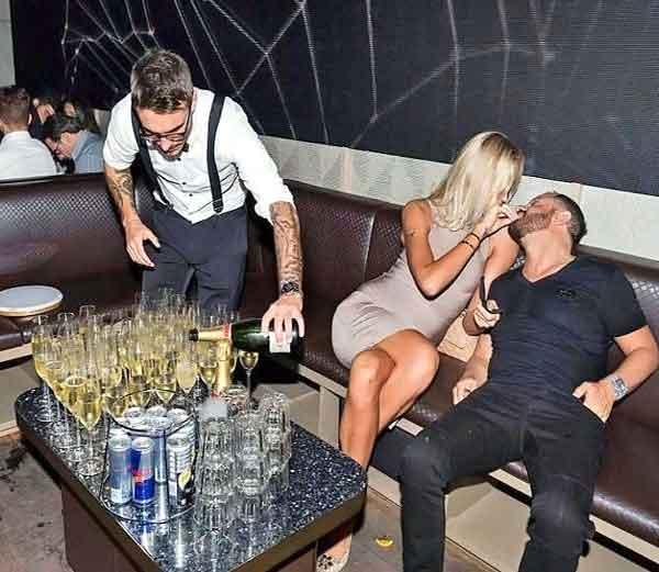 बेल्जियमचा फोटोग्राफरने क्लिक केलेले दुबईतील एका नाईट क्लबचे फोटो... - Divya Marathi