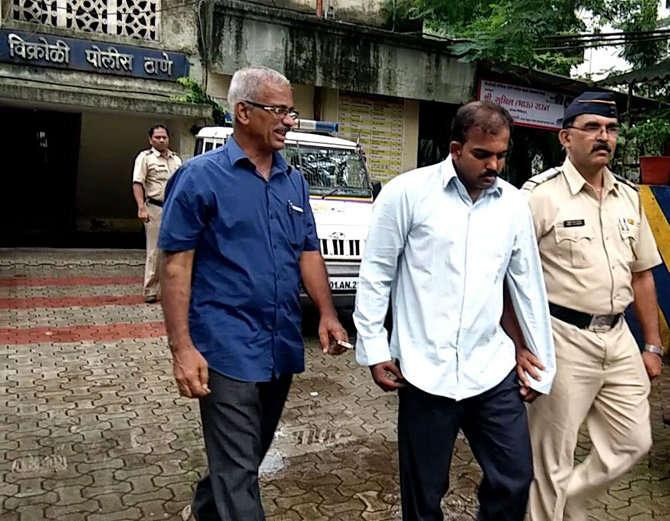 आरोपीला कोर्टात नेताना पोलिस कर्मचारी. - Divya Marathi