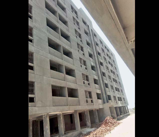 बिल्डरने उभारलेल्या इमारतीची ही छायाचित्रे. - Divya Marathi