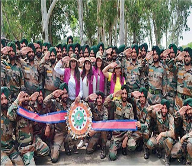 ९५ माय एफतर्फे संकलित केलेल्या राख्या सीमेवरील सैनिकांना अारजेंनी बांधल्या. - Divya Marathi