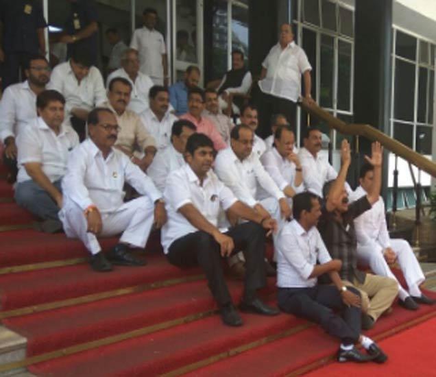 राज्य सरकारमधील काही मंत्र्यांवर भष्ट्राचाराचे आऱोप करत विरोधकांनी आज आक्रमक पवित्रा घेतला. - Divya Marathi