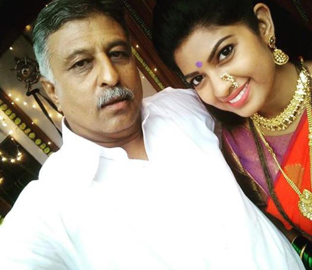 आपल्या मामांजीसोबत वहिनीसाहेब नंदिता - Divya Marathi
