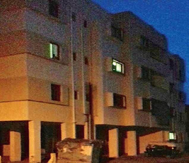 पाथर्डी शिवारातील म्हाडाच्या याच इमारतीतील चार फ्लॅट चाेरांनी फाेडले. - Divya Marathi