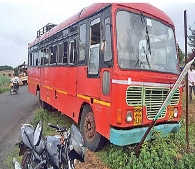 चालकावर हल्ल्यानंतर नियंत्रण सुटून बस बोर्डवर धडकली. - Divya Marathi