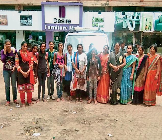 मराठा क्रांती माेर्चात भाषण करण्यासाठी निवड झालेल्या तरुणींसह माेर्चात सहभागी हाेणाऱ्या नाशिकच्या महिला. - Divya Marathi