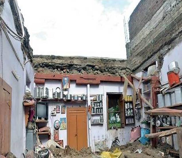 छत पडल्यानंतर उघडे पडलेले धनसिंग पाटील यांचे घर. - Divya Marathi