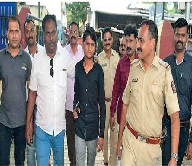 मोहन भारूळे याला पकडून घेऊन जाताना पोलिस कर्मचारी. - Divya Marathi