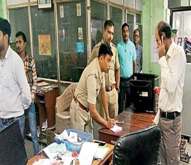 महाराष्ट्र बँकेत बुधवारी सकाळी चाेरी झाल्याचे लक्षात अाल्यानंतर पाेलिसांनी येऊन पंचनामा केला. - Divya Marathi