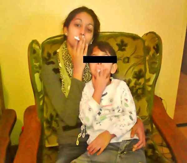 मुलगा व आई एकत्र सिगारेट पिताना... - Divya Marathi
