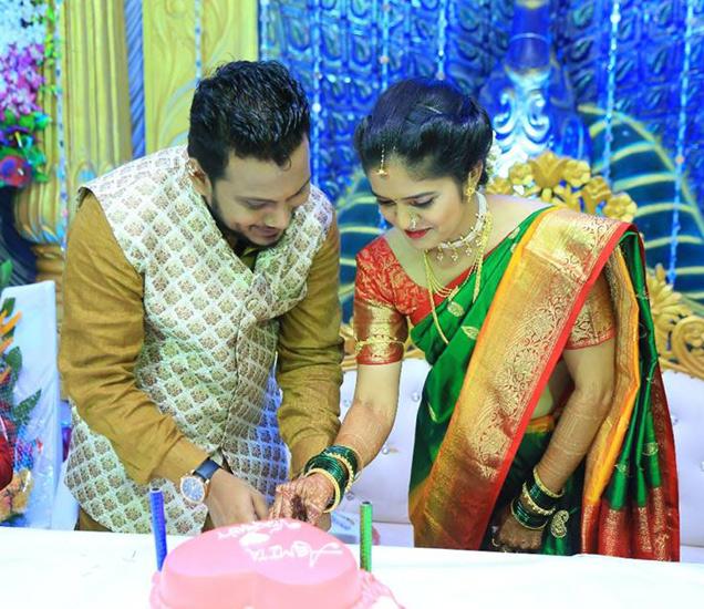 एंगेटमेंटमध्ये केक कापताना विक्रांत आणि त्याची होणारी पत्नी अस्मिता. - Divya Marathi
