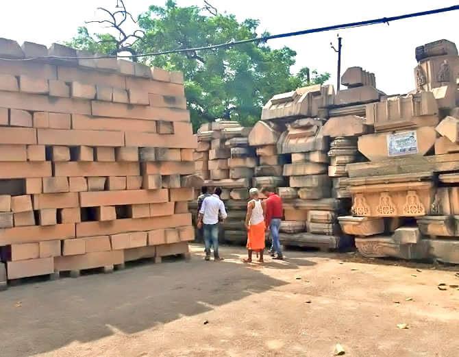 कित्येक वर्षांपासून राममंदिर बांधण्यासाठी राजस्थानातून दगडही मागवला जात आहे. - Divya Marathi