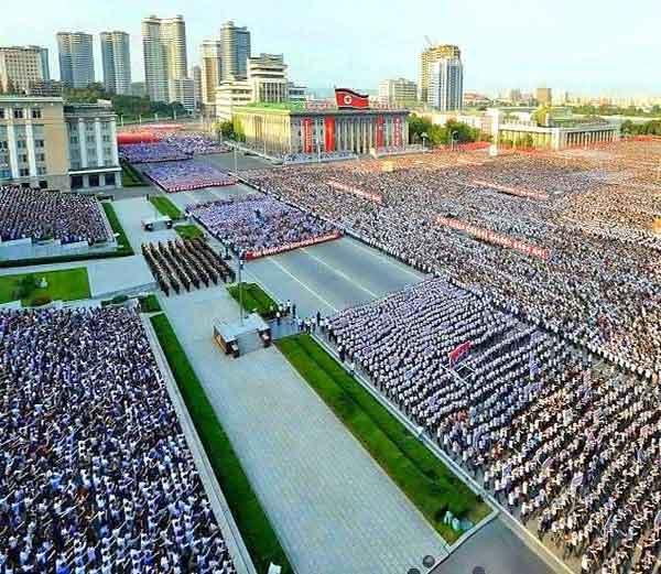 ट्रम्प यांच्या धमकीनंतर उत्तर कोरियातील लोक राजधानी प्योंग्यांगमध्ये आपला नेता किम जोंग-उनच्या समर्थनार्थ रस्त्यावर उतरले. - Divya Marathi