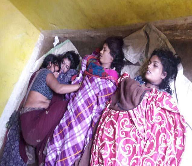 मुलींची आई रात्रभर आक्रोश करत होती. - Divya Marathi