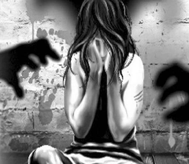 चारकोप भागात या मुलीवर बलात्कार झाला आहे. - Divya Marathi