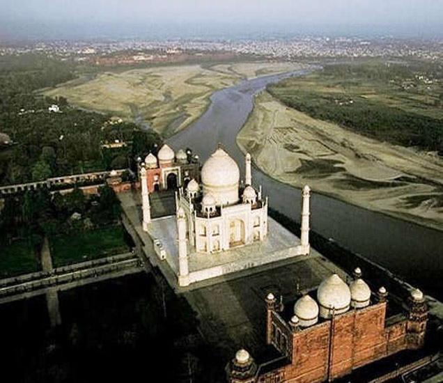 यूनेस्कोने 1983 मध्ये ताजमहालला जागतिक वारसास्थळ घोषित केले आहे. - Divya Marathi