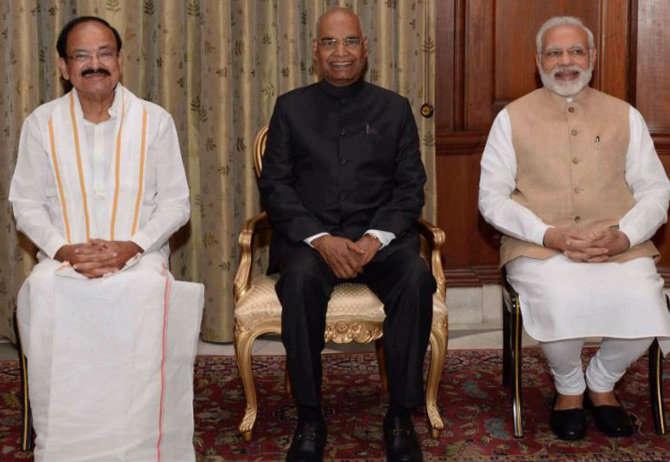 व्यंकय्या नायडूंनी शुक्रवारी उपराष्ट्रपती पदाची शपथ ग्रहण केली त्यानंतर राष्ट्रपती रामनाथ कोविंद आणि पंतप्रधान नरेंद्र मोदींसोबत. - Divya Marathi