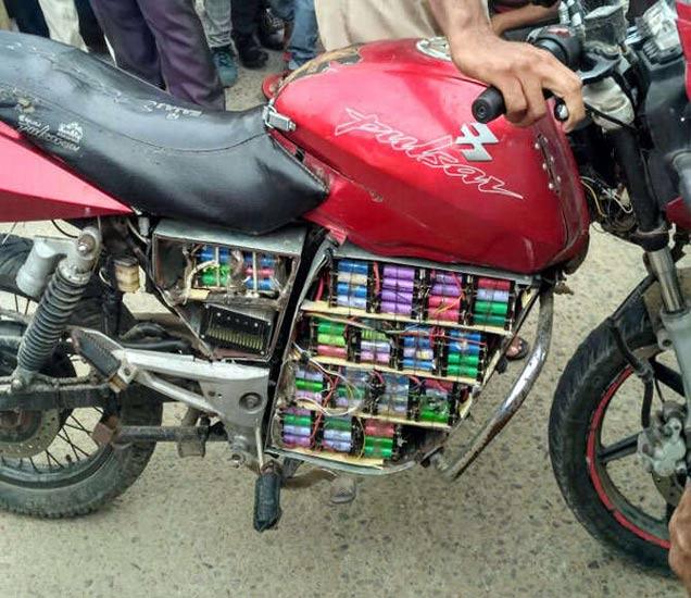 बाइकमध्ये इंजिनाच्या जागी बॅटऱ्या लावलेल्या होत्या. - Divya Marathi