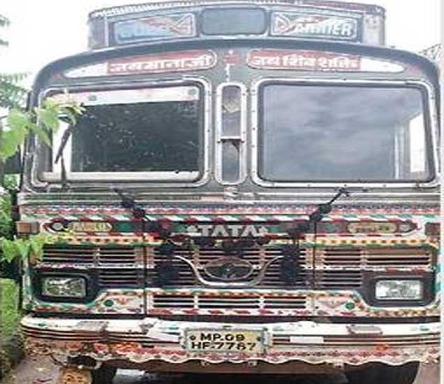 शिरपूर तालुक्यातील हाडाखेड गावाजवळ करण्यात आलेल्या कारवाईमध्ये जप्त करण्यात आलेला मालट्रक. - Divya Marathi