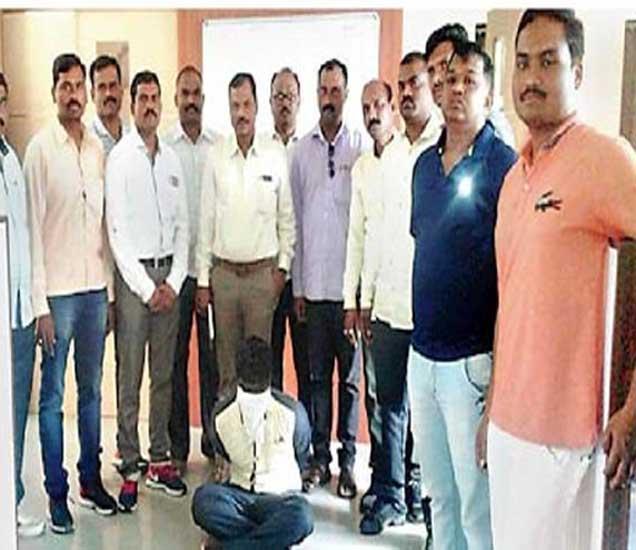 हरवणे हत्याकांडातील पोलिसांनी जेरबंद केलेला दरोडेखोर परसिंग ऊर्फ परशा हरसिंग भोसले. - Divya Marathi