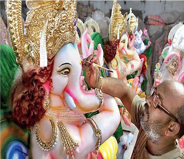 गणेशमूर्ती रंगवण्याचे काम अंंतिम टप्प्यात आले आहे. - Divya Marathi