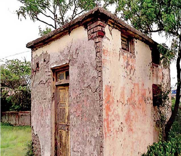 शिराढोण प्राथमिक आरोग्य केंद्रातील शवविच्छदेनगृह जीर्ण झाले असून प्रचंड दुरवस्था झाली आहे. - Divya Marathi
