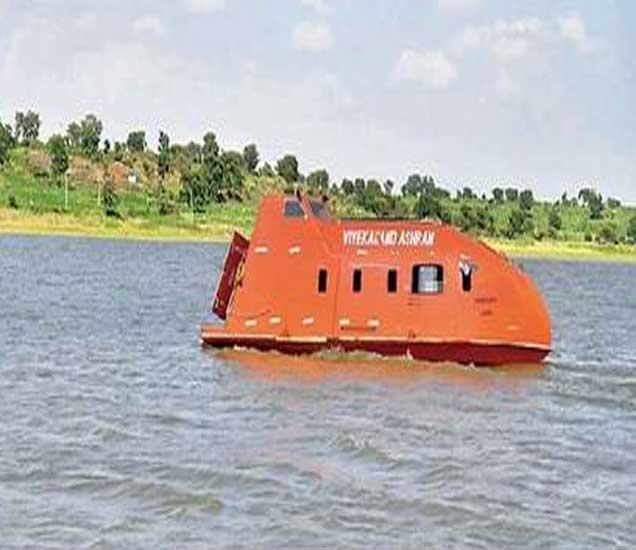 कोराडी जलाशयात जल पर्यटनासाठी उपलब्ध केेलेली बोट - Divya Marathi